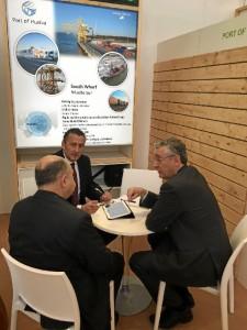 De izquierda a derecha, el director comercial del Puerto de Huelva, Manuel Vega, y el director, Ignacio Álvarez-Ossorio.