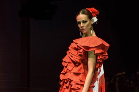 Eva González luce en Simof uno de los diseños del onubense Pedro Béjar
