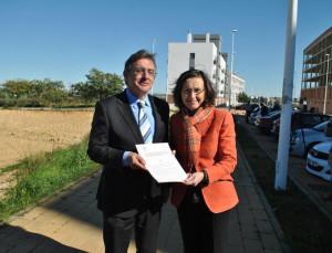 Francisco Ruiz y Rosa Aguilar sostienen el protocolo firmado.