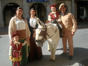 El ambiente medieval de Palos se ha trasladado a Huelva con motivo de la presentación.