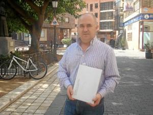 Domingo Martín Gómez nos muestra un ejemplar de su libro 'Callecedario'.