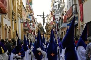 El Santísimo Cristo de la Expiración avanzando por su calle en busca de la Plaza Niña