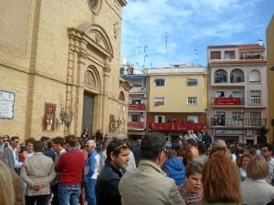 Numerosos onubenses esperaban la salida de la Sagrada Cena.