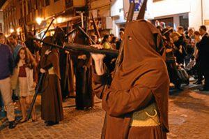 De marrón franciscano visten los nazarenos del Calvario.
