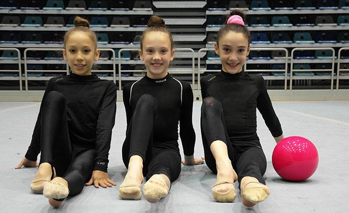 Las tres deportistas del Gimnasia Rítmica Huelva que están participando en la prueba en Sanlúcar de Barrameda.