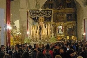 La lluvia obligó a regresar al templo al Cristo del Amor y a la Virgen de la Salud.