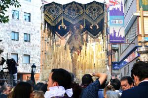 El gentío arropa todo el procesionar de Nuestra Señora de la Esperanza Coronada