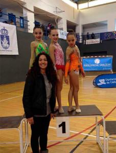 La entrenadora del Club, Inmaculada Márquez, con las tres representantes del GR Huelva en Sanlúcar.