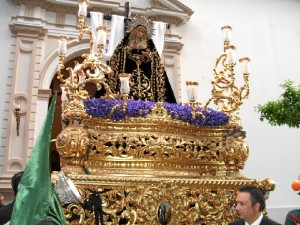 La Virgen de la Soledad, procesionando por Huelva.