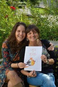 Teresa y Francisca, con la portada.