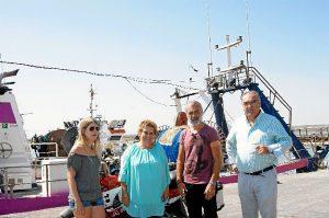 La alcaldesa de Isla Cristina recibió a los responsables del reportaje.