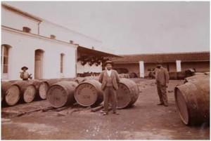 Pierre Leonard Verdier en las bodegas de San Juan del Puerto, principios del siglo XX. ©