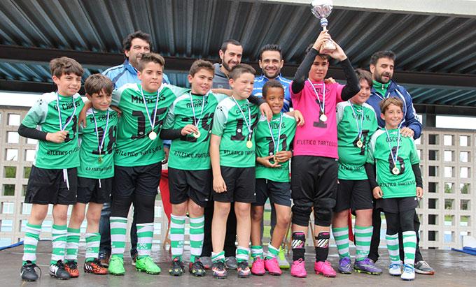 El Tartessos levanta su trofeo como ganador en la categoría Alevín 2004.