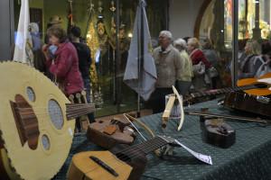 Diferentes instrumentos de cuerda, viento y percusión pueden observarse en la sala patrimonial
