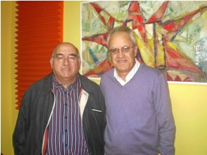 A la izquierda del lector, Antonio José Martínez Navarro, autor de estas líneas, cuando fue invitado al programa de UNIRADIO. A la derecha, Diego Lopa.