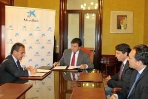 Ayuntamiento de Huelva y Microbank han firmado el convenio.