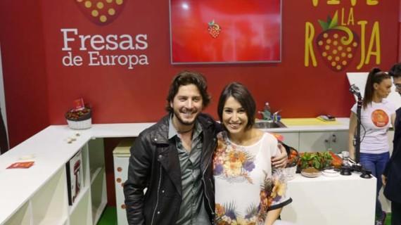 Manuel Carrasco y Alma Obregón promocionan la fresa en la Feria Alimentaria