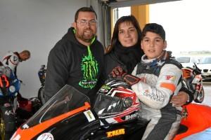 El joven, con sus padres Beatriz y José Manuel.