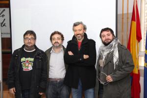 Los hermanos Macías con el director de la Biblioteca Provincial de Huelva.