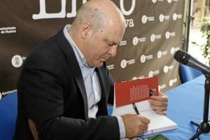 Ramón Fernández Beviá ha firmado libros para finalizar. / Foto: José Rodríguez.