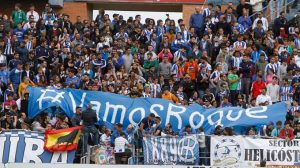 El pequeño Roque fue protagonista en las gradas con esta pancarta del Frente Onuba. / Foto: Julián Pérez.