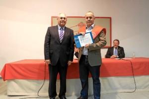 Javi, recibiendo el premio de la Fundación Atlantic Copper de manos de Antonio de la Vega.