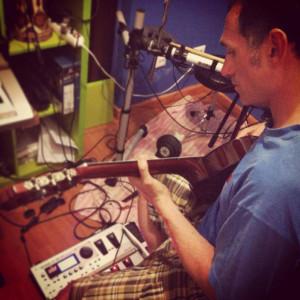 A Saúl le gusta componer y además toca la guitarra.