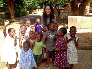 Marina Rosillo, junto a los niños de la misión.