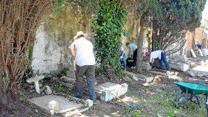 Trabajos de limpieza y mejora en el cementerio británico. / Foto: Ramón López García.