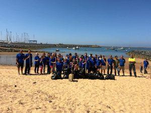 Grupo de voluntarios que han limpiado los aledaños del Puerto de Mazagón.