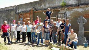 Voluntarios que han participado en la actuación llevada a cabo en el cementerio británico de Huelva. / Foto: Ramón López García.