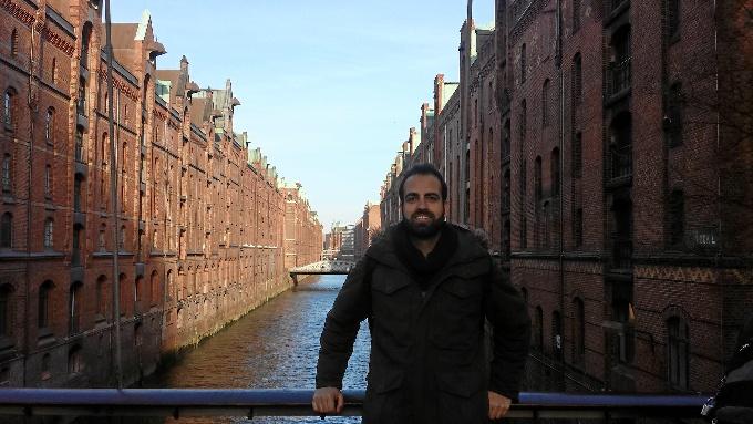 Francisco trabaja en una empresa de marketing online. En la foto, haciendo turismo por Hamburgo de fondo la Speicherstadt.