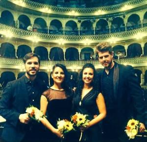 David Lagares (a la derecha), junto a compañeros en el Gran Teatro Falla.