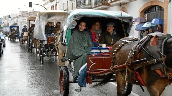La lluvia no impide que la centenaria Hermandad del Rocío de San Juan del Puerto se ponga en camino