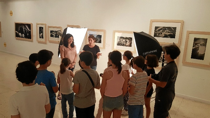 El Museo de Huelva ha acogido la celebración del taller para niños 'El club de los fotógrafos-arqueólogos'