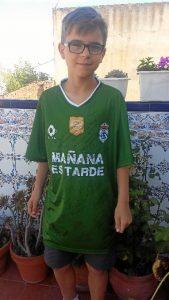 El joven, con la camiseta del Recreativo de Huelva.