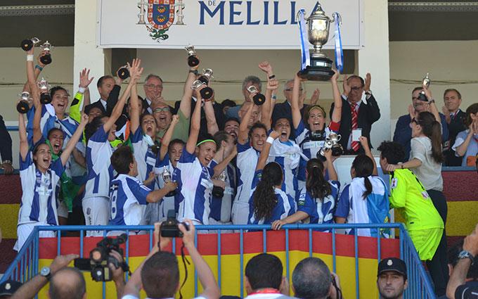 Momento cumbre en el Sporting, el equipo levanta la Copa en Melilla.