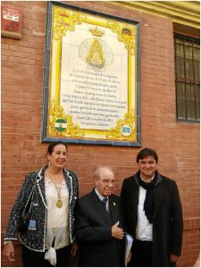 De izquierda a derecha: Doña Belén, presidenta de la hermandad de emigrantes, Don Juan Gil Zamora y Don Gabriel Cruz, alcalde de Huelva.