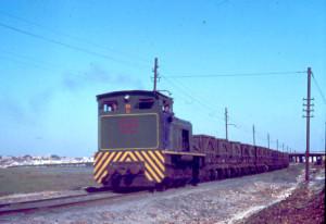 Tren de mineral de la Compañía de Cobre y Azufre de Tharsis, hacia los años 90 del siglo XX. Al fondo, Huelva.