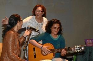 La escritora, con las autoras lusas, Ana Francisco y Carla Sabino.