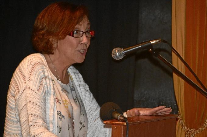 La escritora ayamontina Clemen Esteban presenta su poemario 'El color de la poesía'.