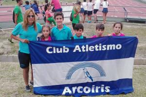 Alevines e infantiles del CA Arcoiris participantes en el Campeonato de Andalucía al Aire Libre junto a su entrenadora, Ana Belén Beltrán.