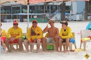 El onubense, con un grupo de socorristas en  Coolangatta.