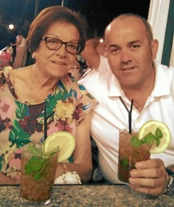 Con su madre en Mazagón.