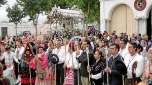 Una gran multitud de rocieros han acompañado a la hermandad durante su itinerario por el pueblo.