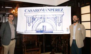 El concejal de Patrimonio y un representante de Anzen, con el logotipo.