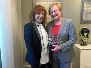 La edil onubense ha mantenido una intensa reunión con una de las mujeres más influyentes de Finlandia, Tarja Halonen, la primera en convertirse Presidenta del país.