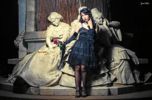 La artista participa en ocasiones como modelo en sesiones de fotografía.