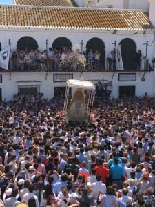 Miles de personas han acunado a la Virgen del Rocío.