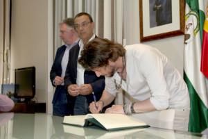Carrasco, firmando el acuerdo.